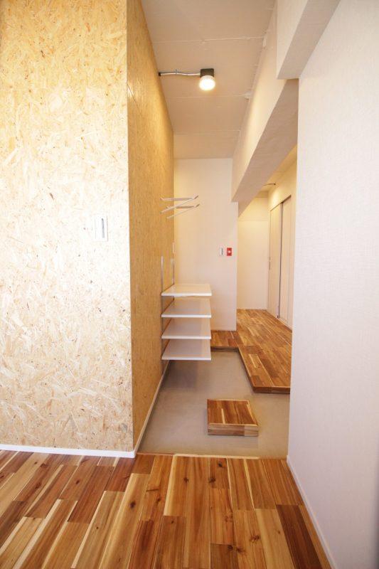 シンプルで安く広くデザインした玄関スペース