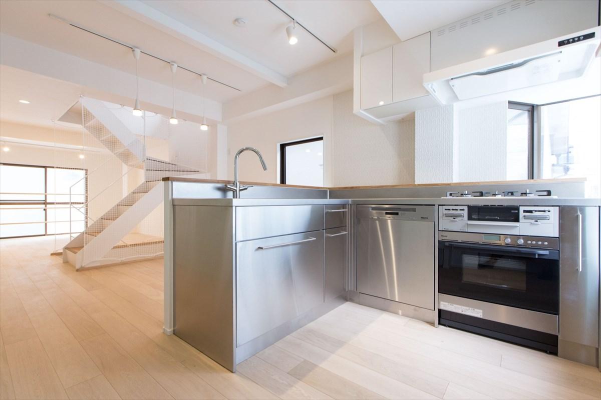 オールステンレスのキッチンでシックなおしゃれ空間へリノベーション