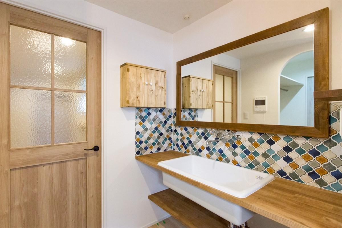 おしゃれな洗面スペースは木で造作してリノベーション