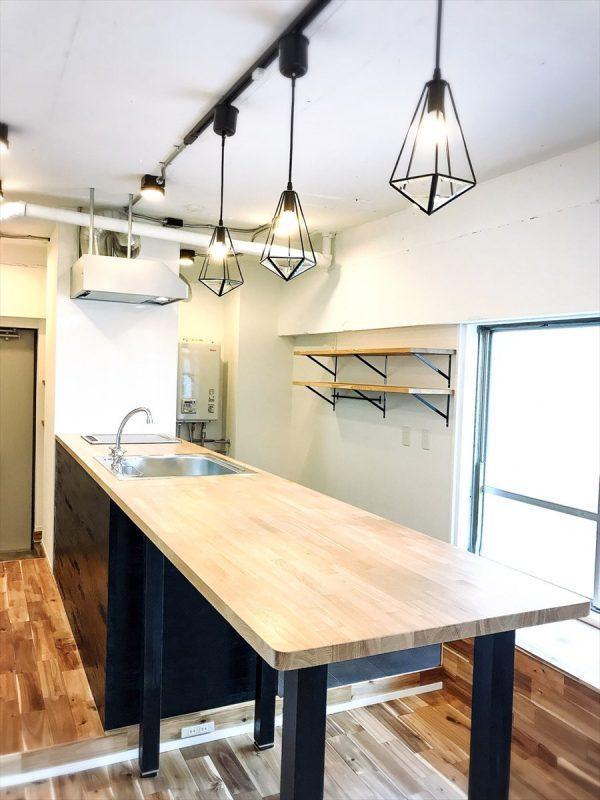ブラック&木のキッチンと照明のリノベーション