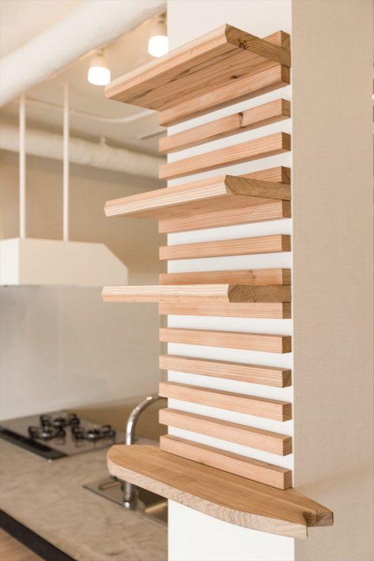 柱を利用した飾り棚はサーフボードデザインのオリジナル