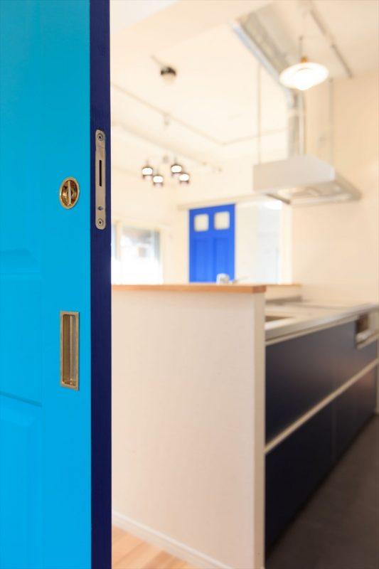 おしゃれなドアはアクセントカラーで(ブルーの事例)
