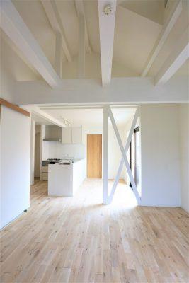 戸建てのキッチンを梁、壁ともに真っ白にリノベーション