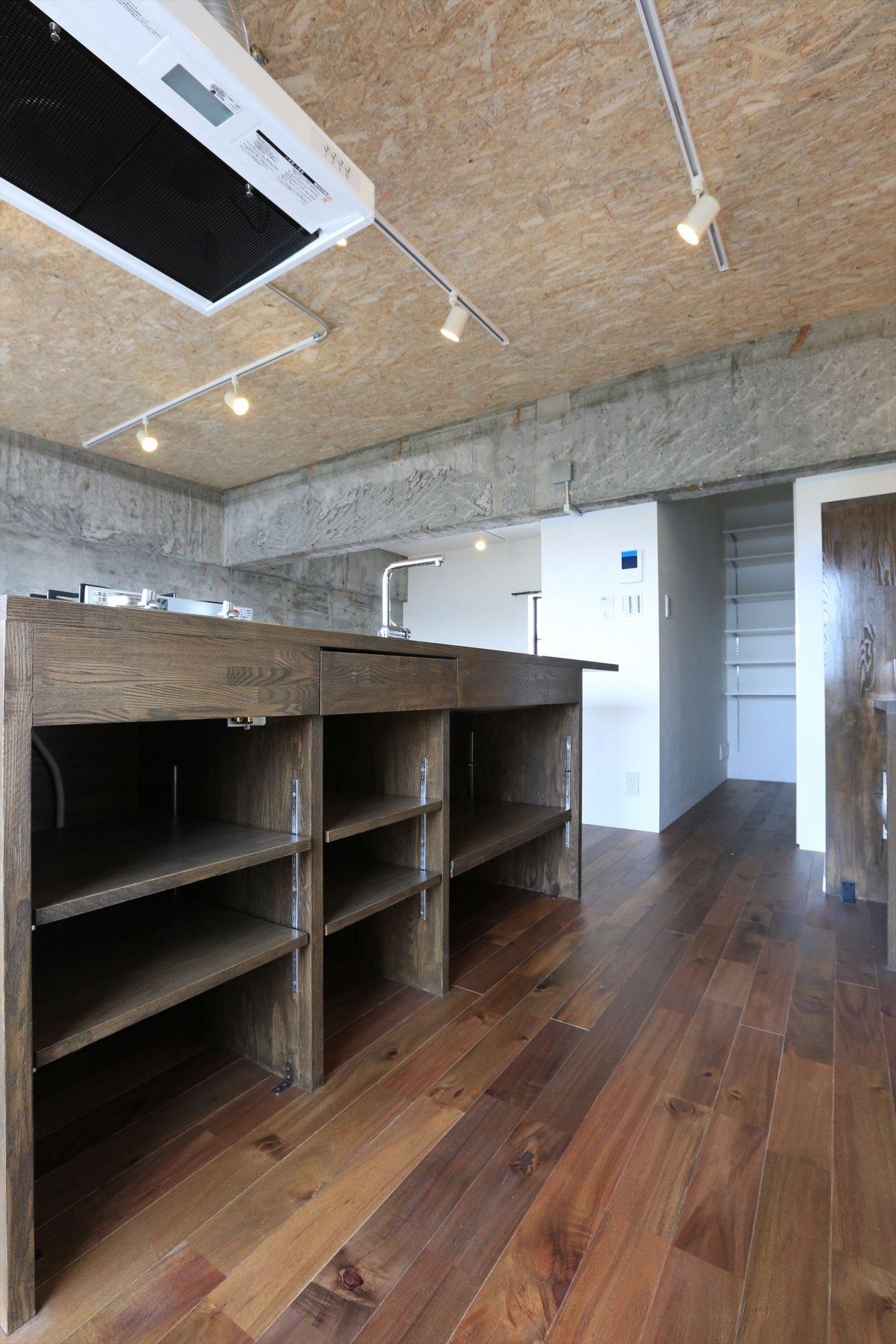 オープンで可動棚のオリジナル木のキッチン