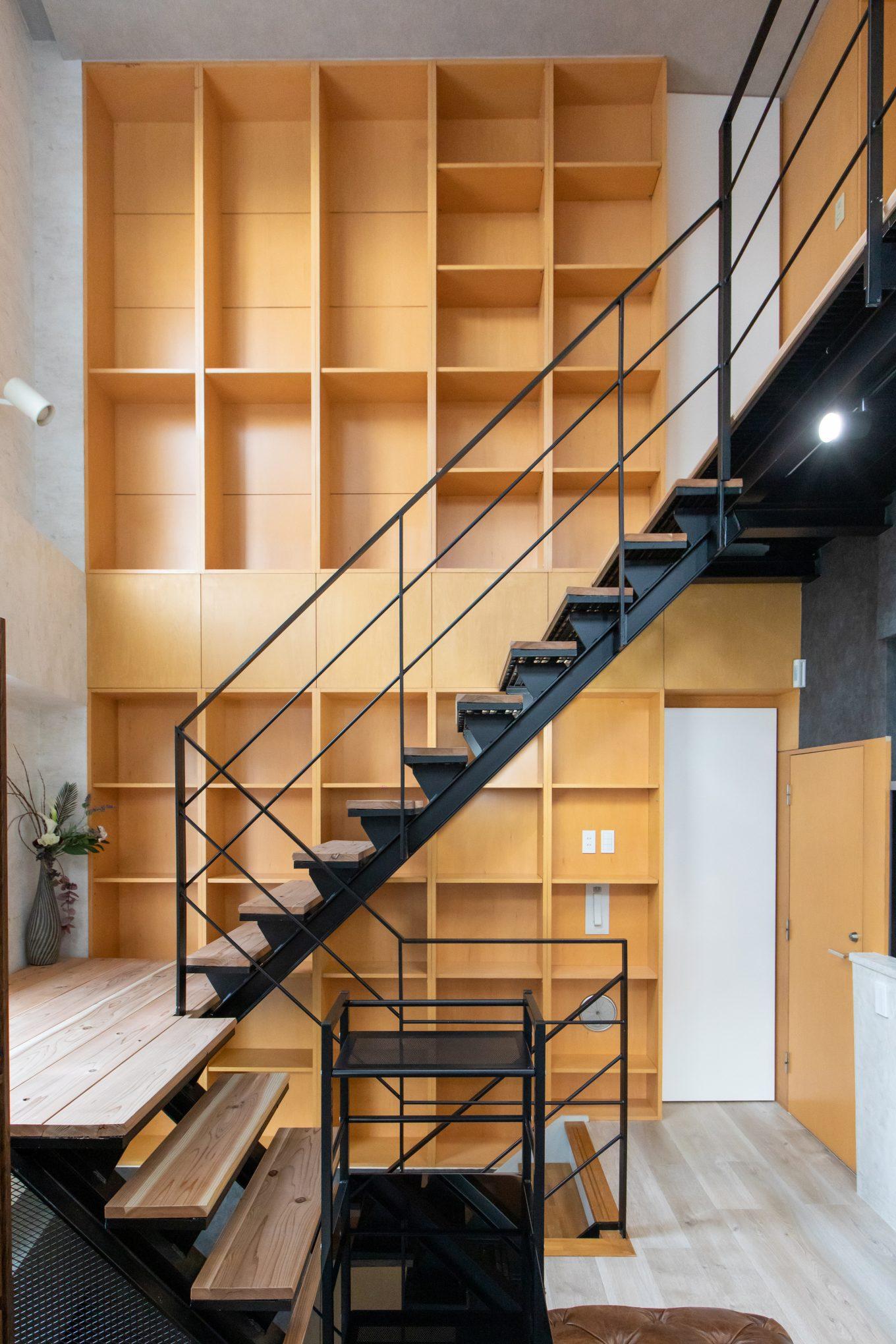 階段横のスペースを本棚・飾り棚として無駄なくデザイン