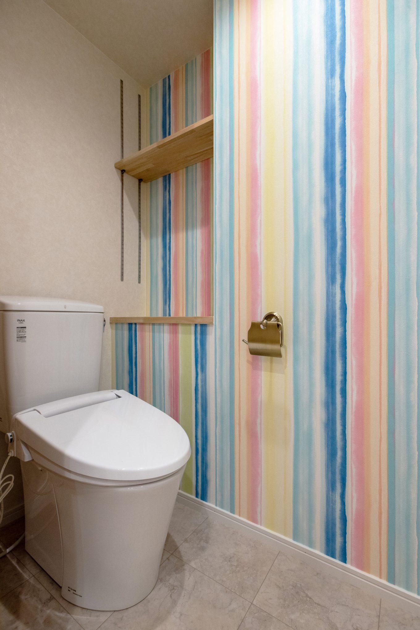 カラフル&ポップなトイレの壁紙で楽しい空間に