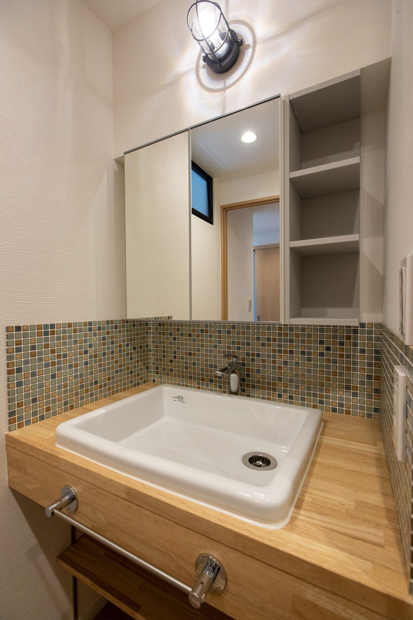 スペースごとにカラーテーマを変える造作洗面台