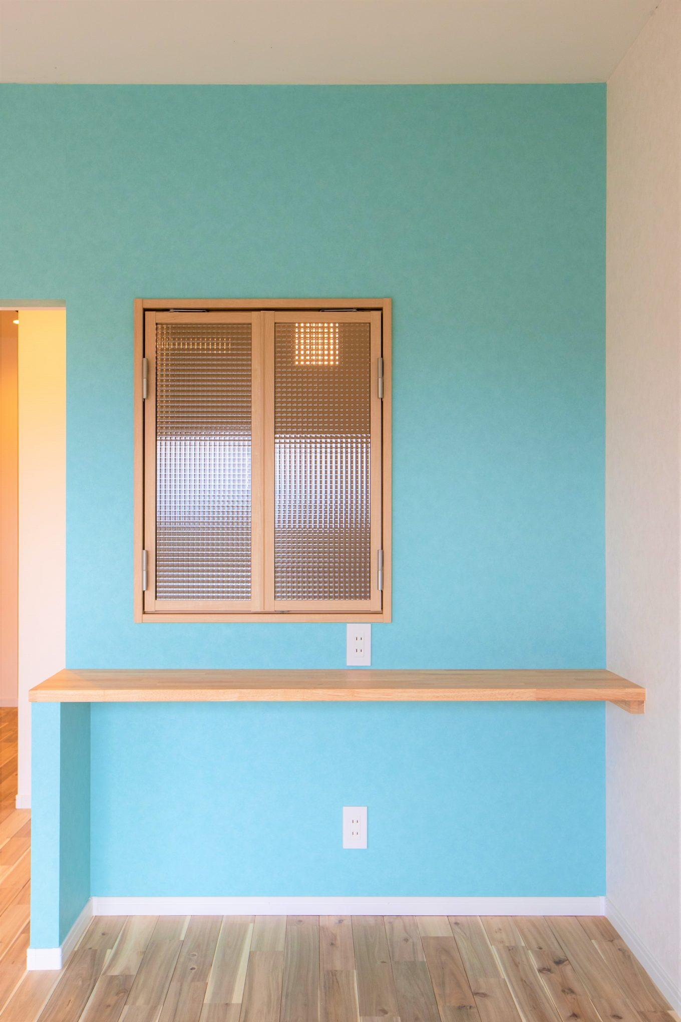 リビングに続く個室の室内窓は、会話、空気、光を取り入れる