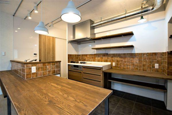 マンションをおしゃれにリノベーション。木と茶系タイルで統一したキッチン
