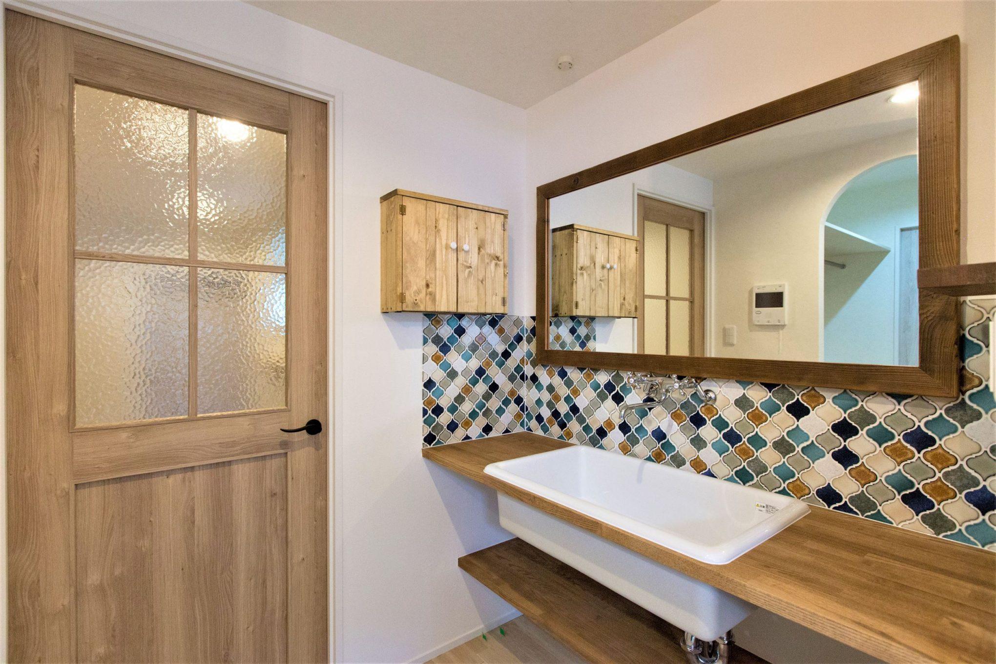 造作洗面室は、木のグラデーションで暖かみとおしゃれ感抜群