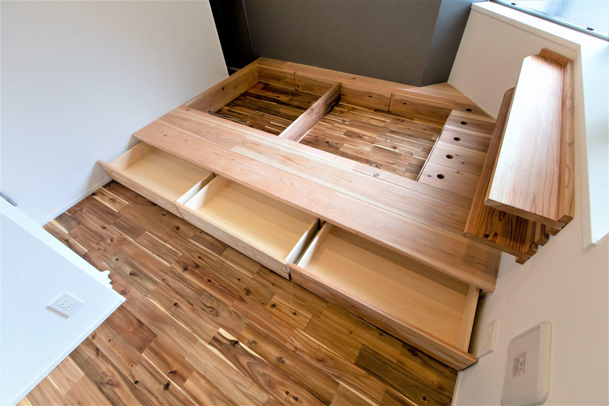 ウッドでベッドスペースを造作して機能的におしゃれなリノベーション