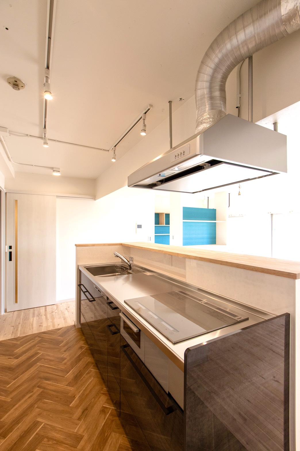 ヘリンボーンのおしゃれな床をキッチンで施工