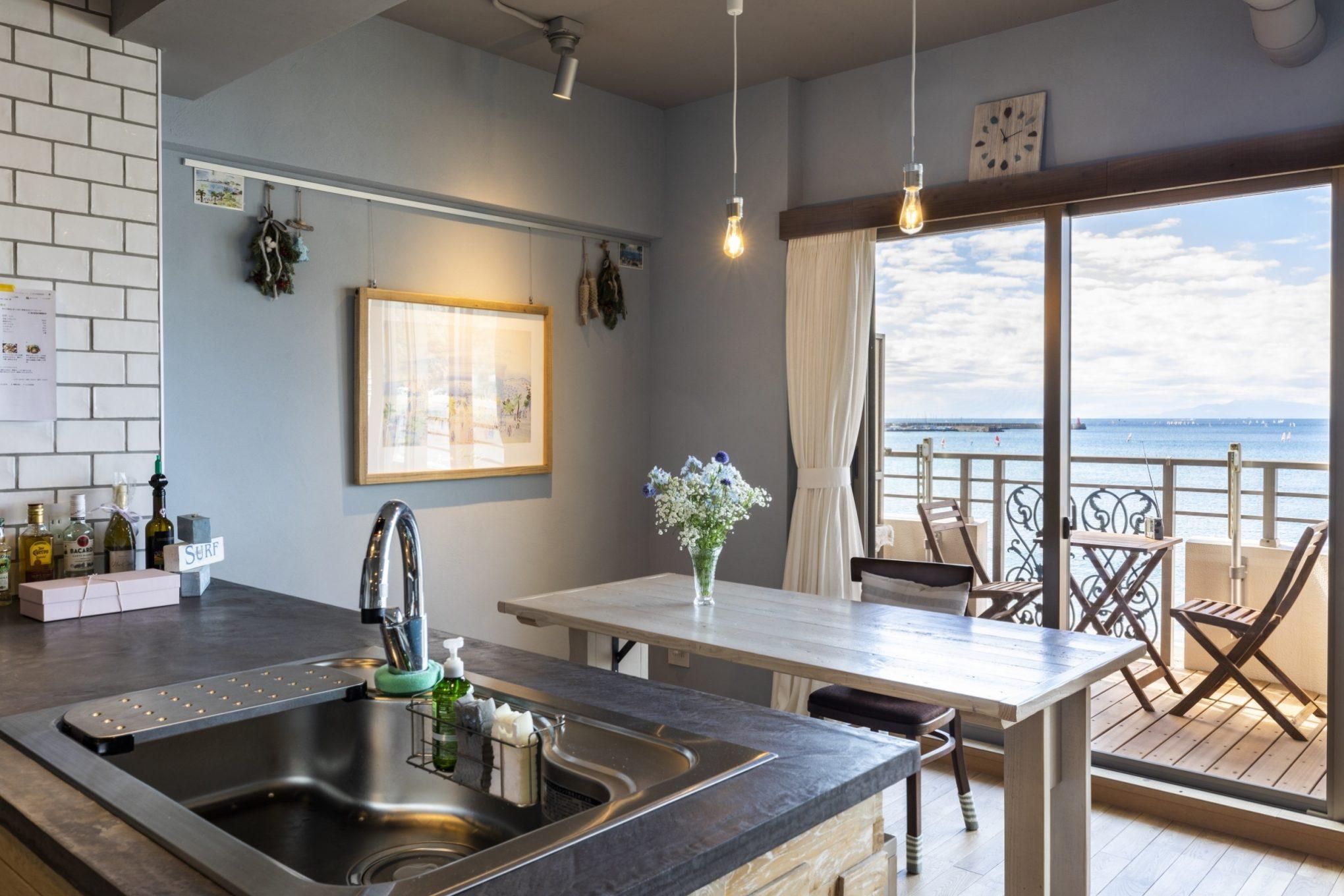 おしゃれな造作キッチンから見た海が見える部屋