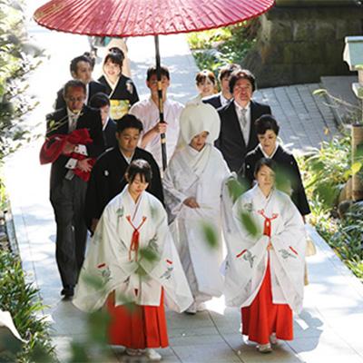 親族と共に和装で神社に向かう二人・家族婚旅館宿泊ウェディング