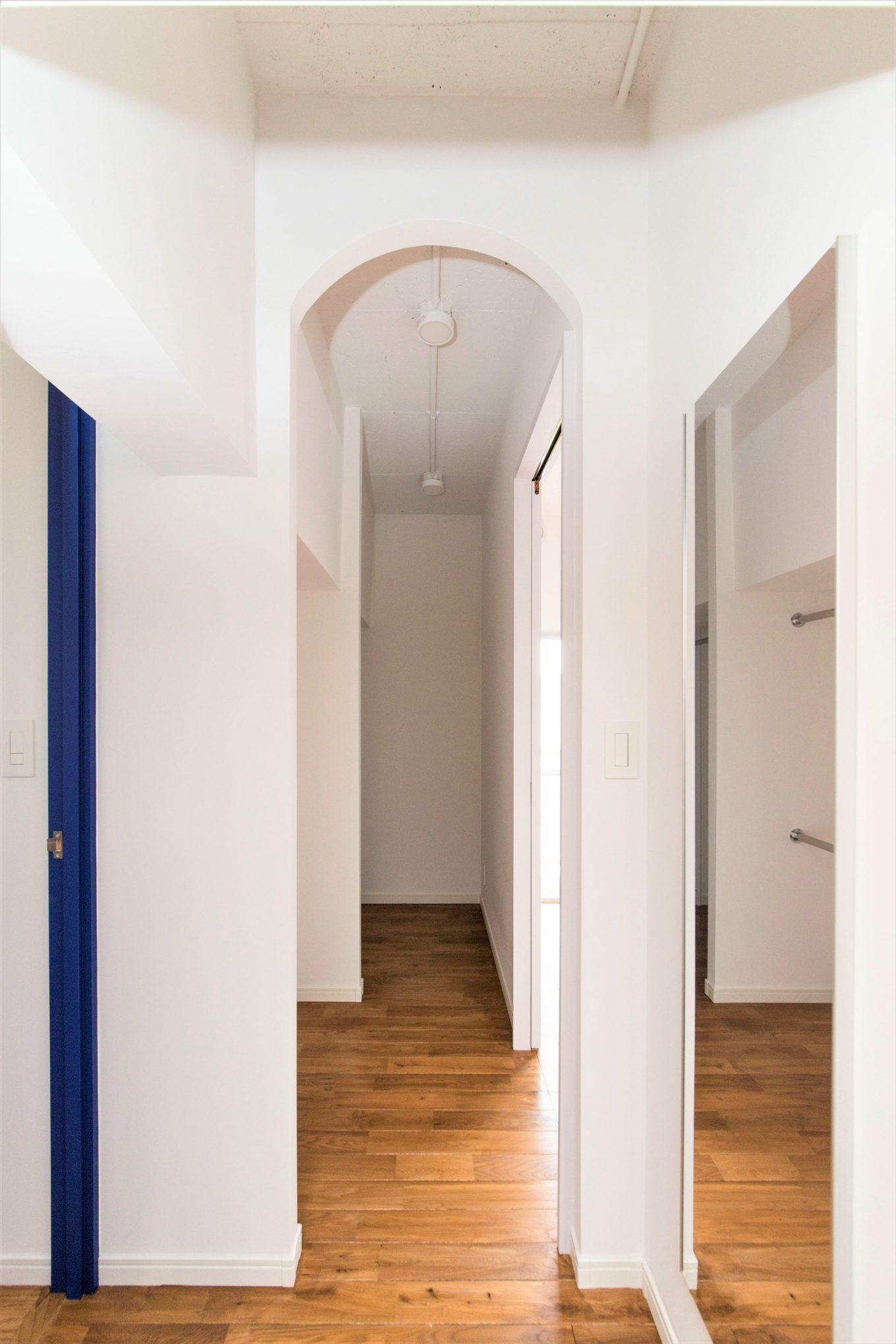 狭い廊下の上部をアーチ形にデザイン