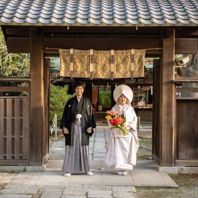 神社の入り口で和装フォトウェディング