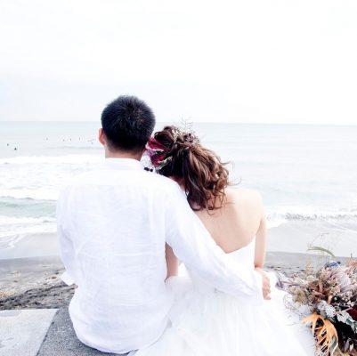 海を見る二人の後ろ姿のロケーションフォトウェディング
