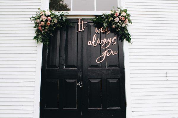 新婚の方の新居、花で装飾した戸建ての入口