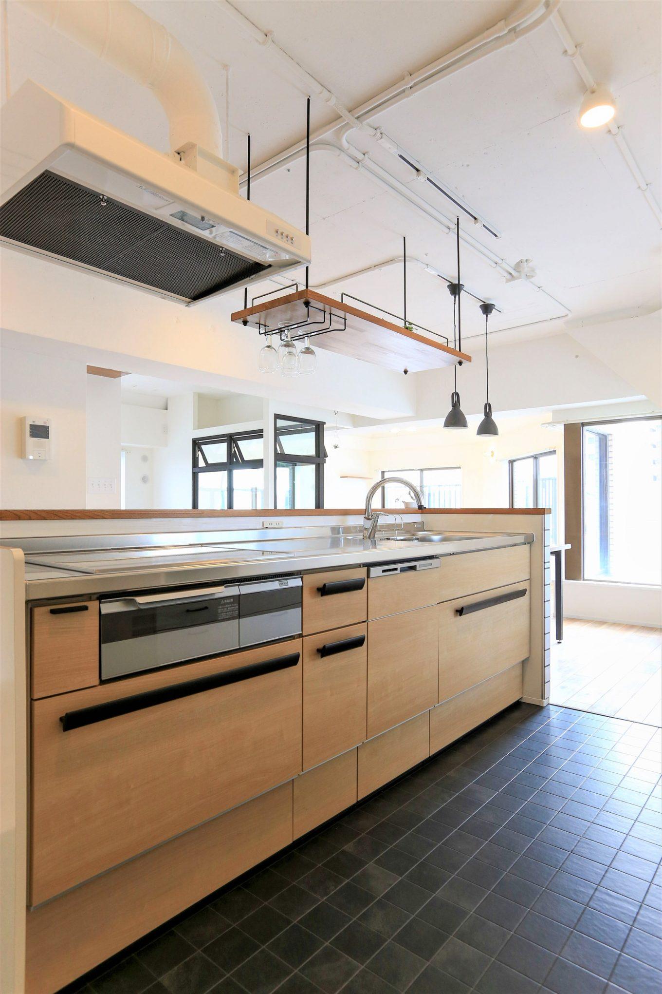 キッチン上部に木製ワイングラスラックを設置した施工事例