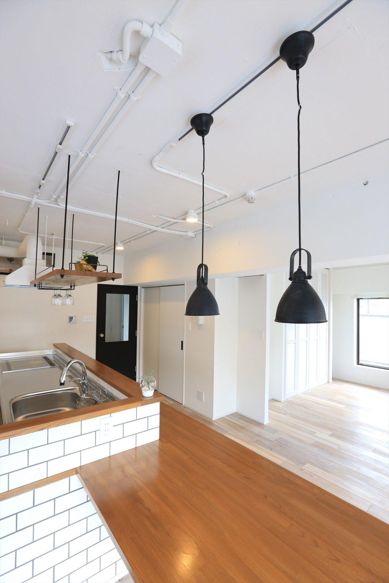 サブウェイタイルでデザインしたキッチンとダイニングて0ブルの導線