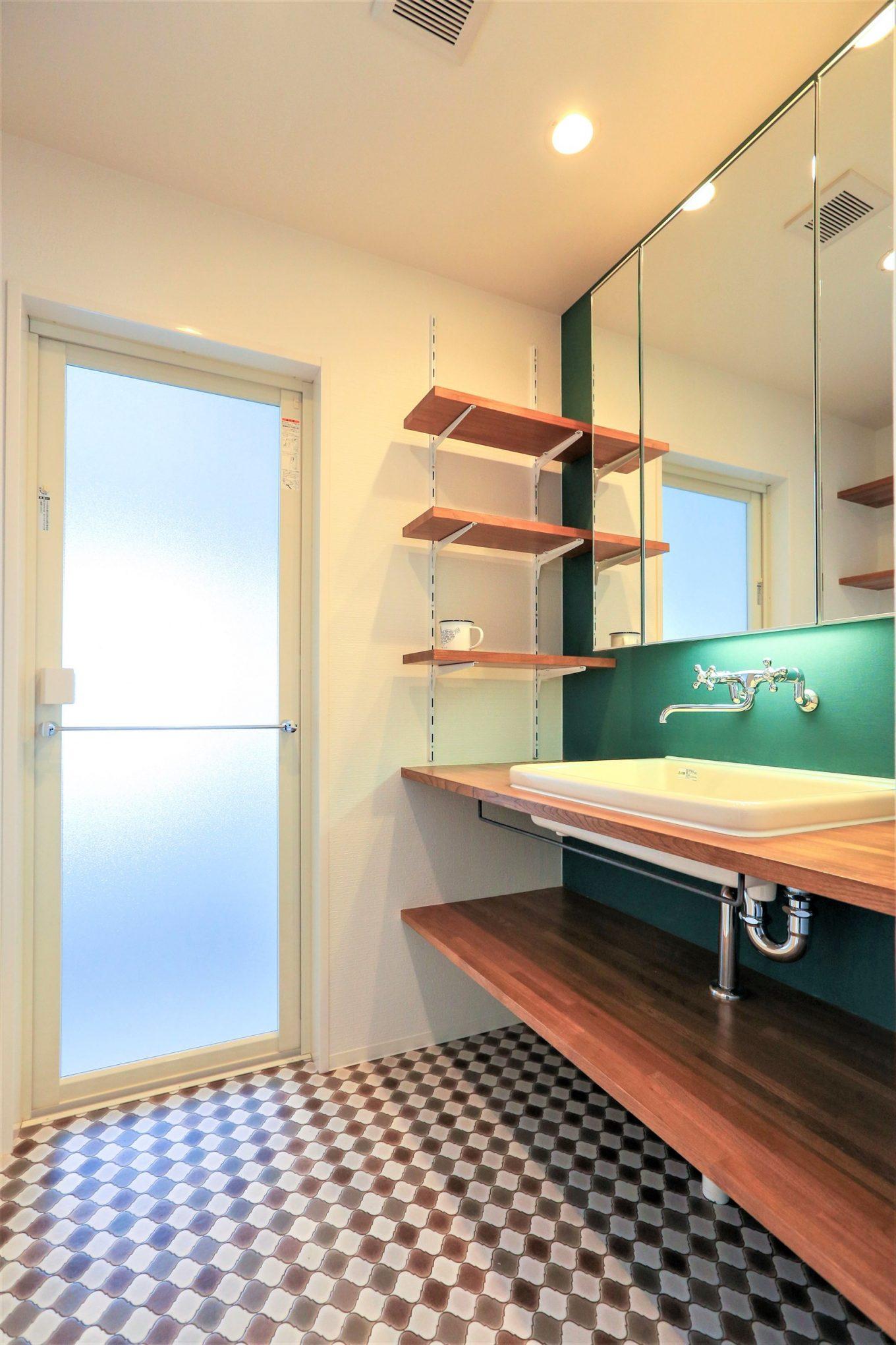 鮮やかなグリーンを差し色に入れた造作洗面台。