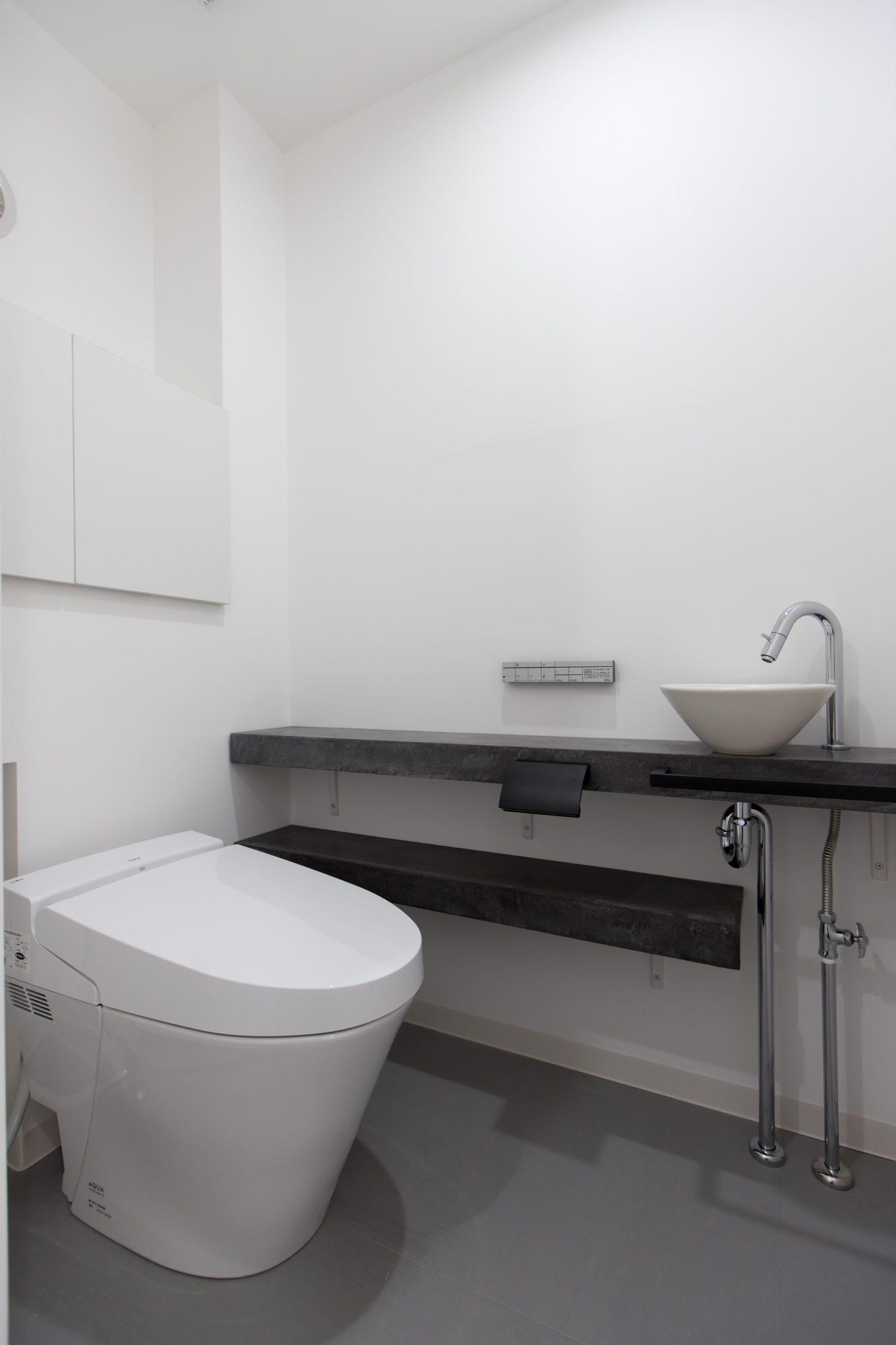 タンクレストイレと手洗いスペースで、機能的でシンプルな空間