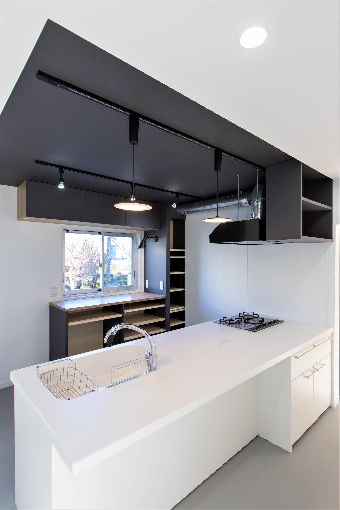 キッチンの天井をブラックにしたリノベーション