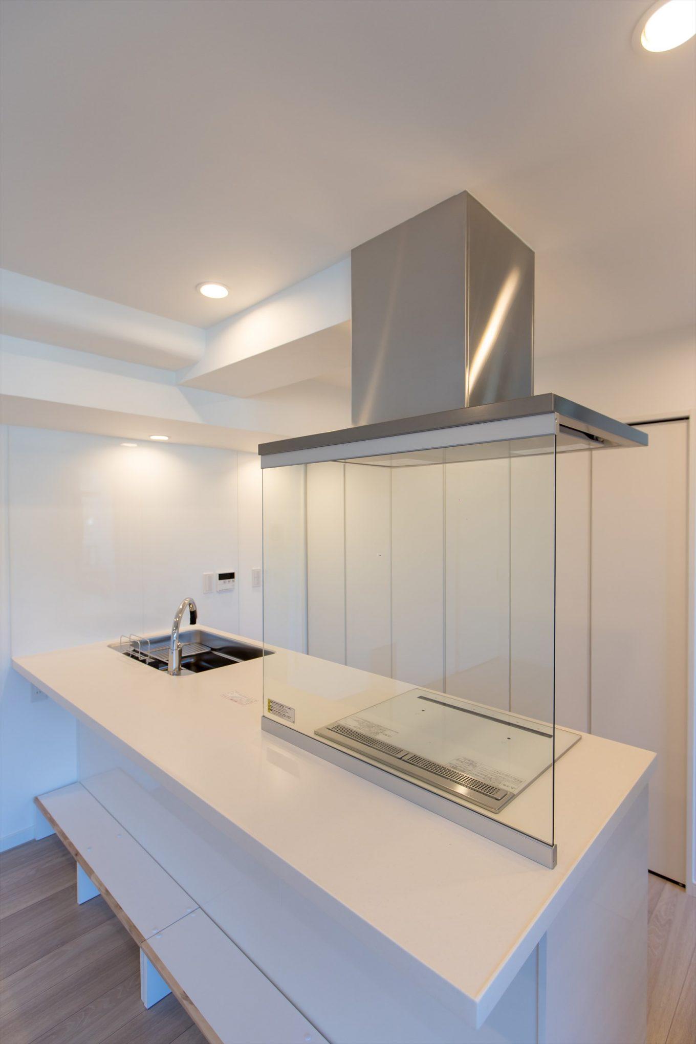 透明のガードで油跳ね防止と広さを見せるキッチン