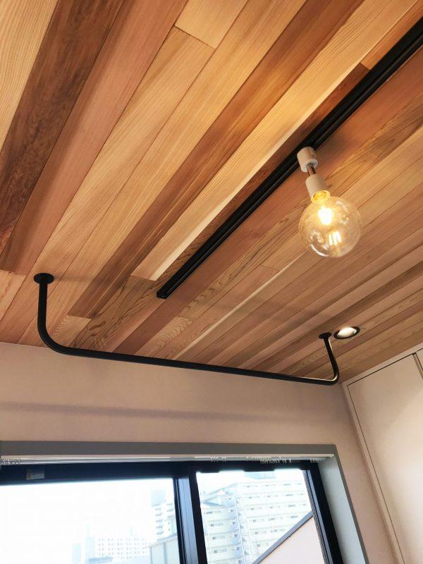 アイアンのハンギングスペースと杉の天井