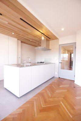 ヘリンボーン張りの床と杉板天井のカフェ風LDK