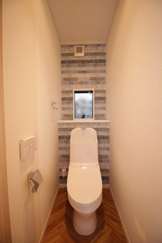 デニム柄のクロスを張った楽しいトイレ。|ウェディングリノベーション