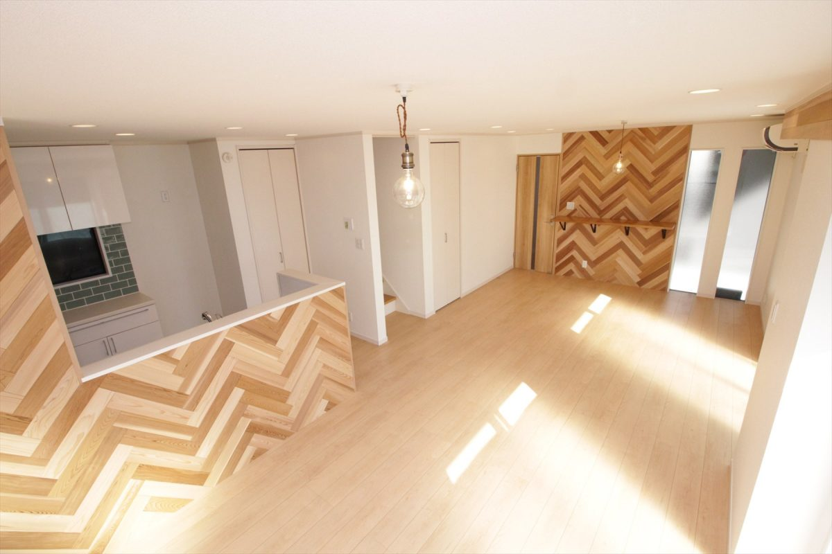 キッチンのタイルが差し色の木のアクセントウォール