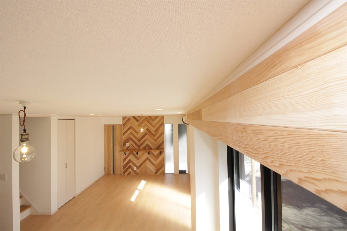 カーテンレールも木材ですっきりとデザイン|横浜リノベーション