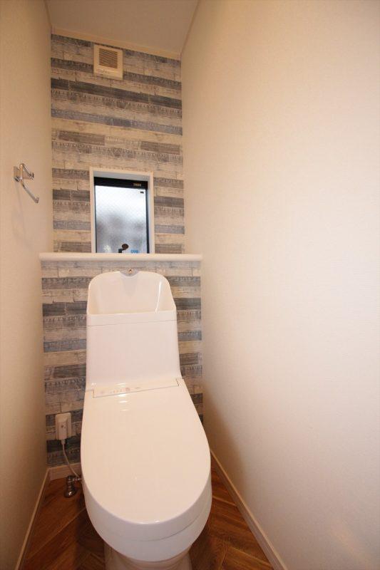 ヘリンボーンの床とデニム柄クロスの楽しいトイレ|ウェディングリノベーション