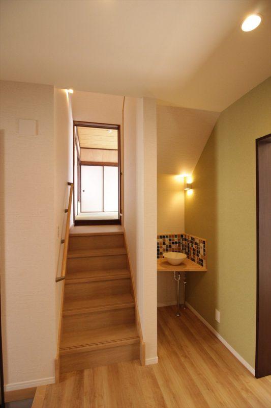 玄関からすぐにおしゃれな手洗いスペースを造作