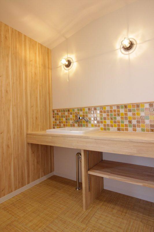 壁付け水栓とタイル貼りがおしゃれな和モダン造作洗面台