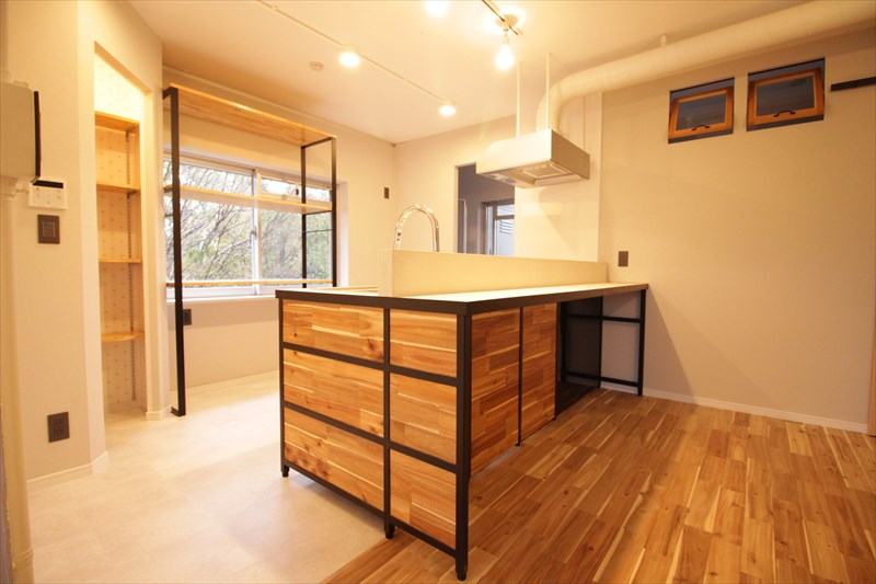 オーダーキッチンはアイアン木目デコリエ施工|ウェディングリノベーション