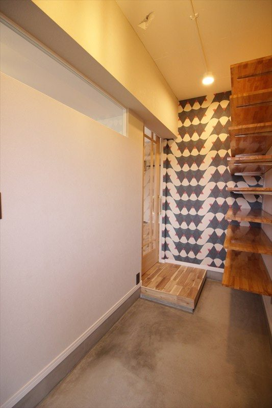 広い土間と光を入れる室内窓のある玄関|ウェディングリノベーション