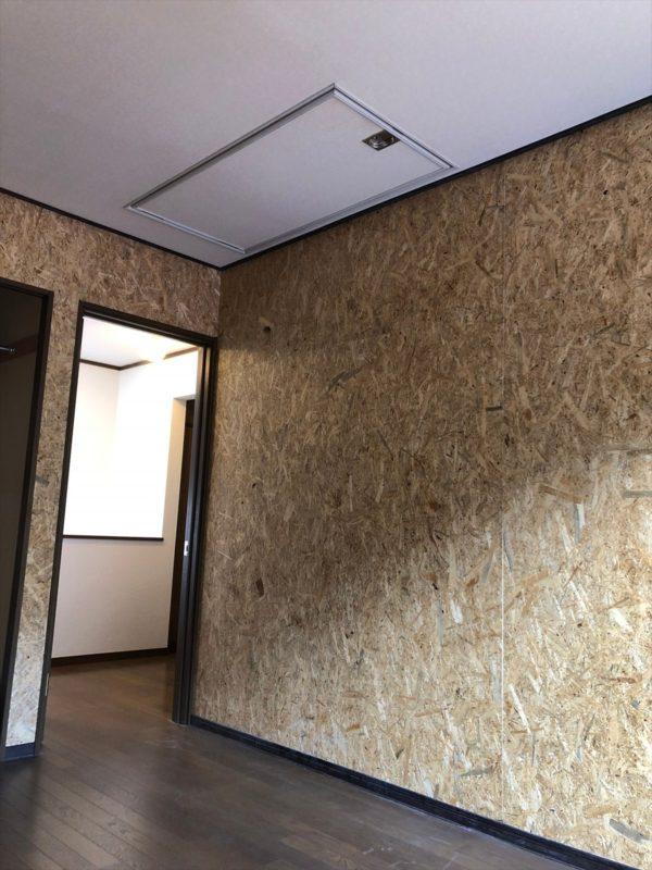OSB合板で壁一面を施工したリノベ|ウェディングリノベーション
