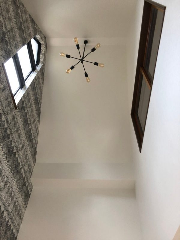 2トーンのアクセントクロスをデザインした吹き抜けの壁|ウェディングリノベーション