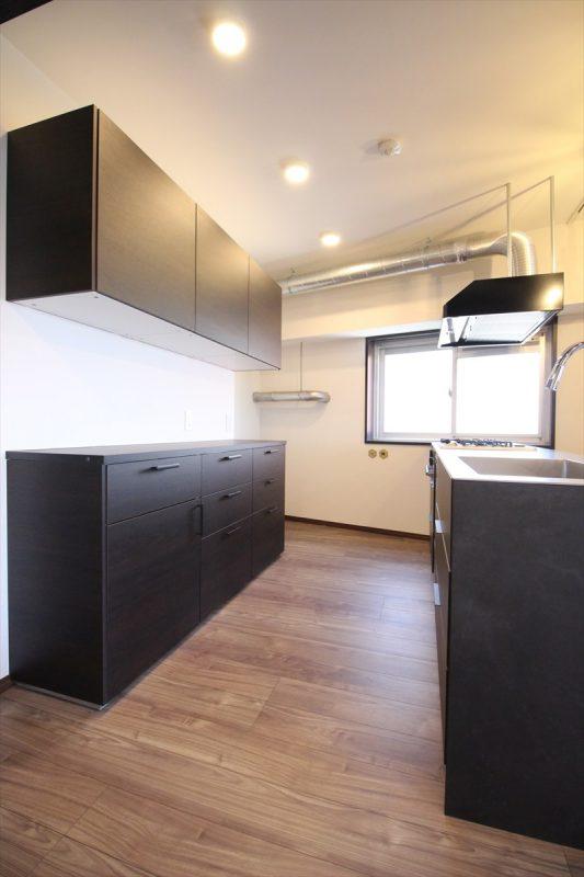 インダストリアルな配管現しキッチン|ウェディングリノベーション