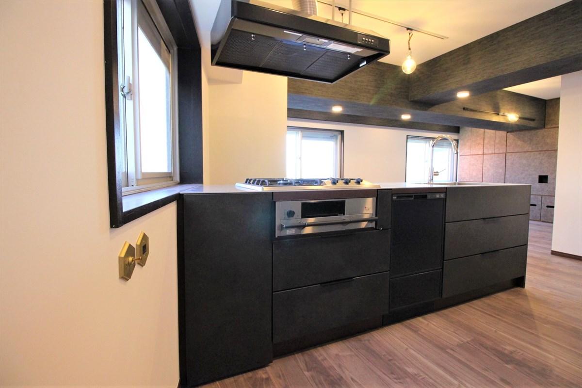食洗器付きマットブラックオーダーキッチン|ウェディングリノベーション