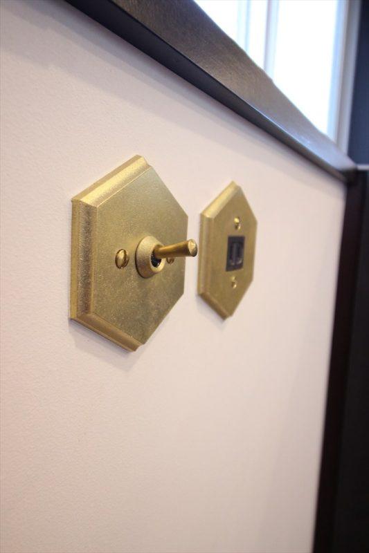 キッチン横にあるマットゴールドのスイッチ&コンセント|ウェディングリノベーション