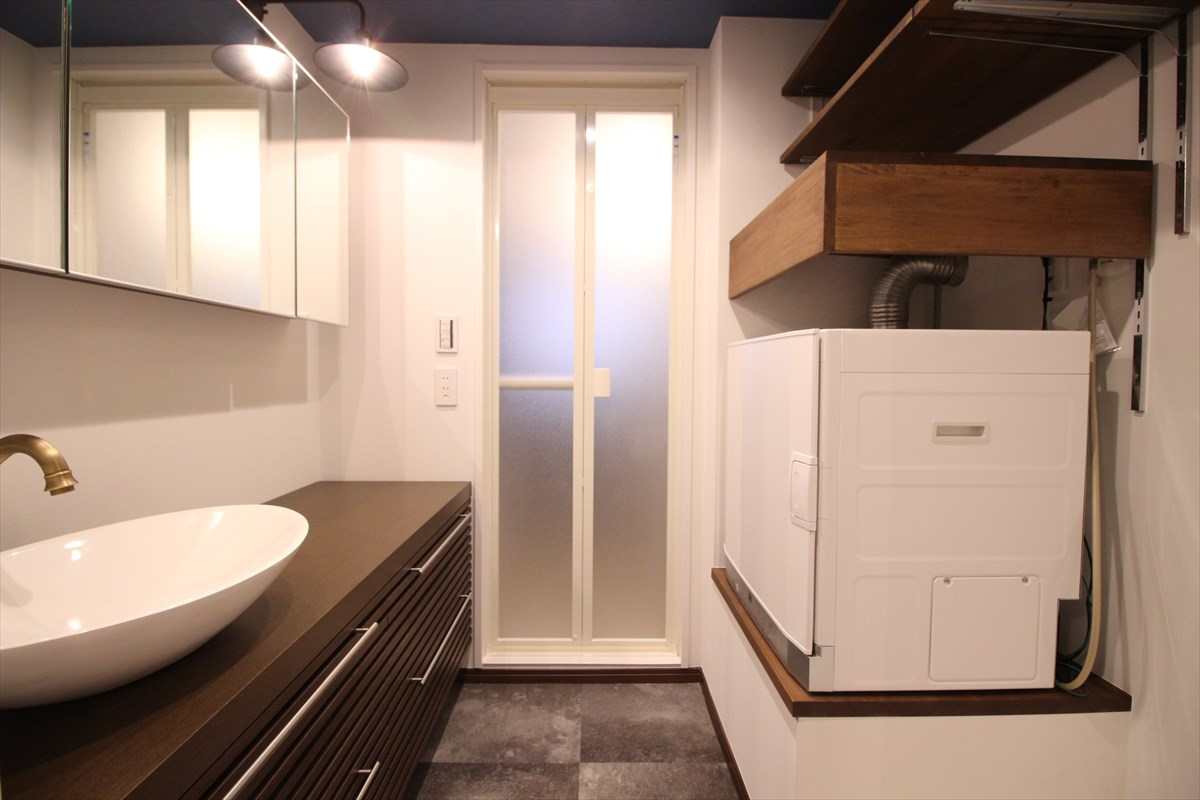 幹太君と木目の棚をデザインしたパウダールーム|ウェディングリノベーション