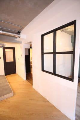 リビングと繋がった室内窓デザインの半個室|ウェディングリノベーション