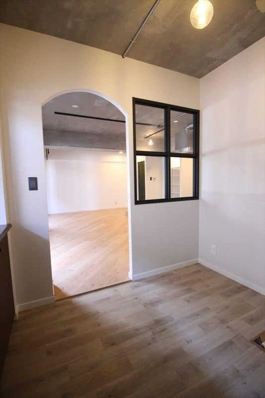 リビングに繋がる室内窓がある半個室|ウェディングリノベーション