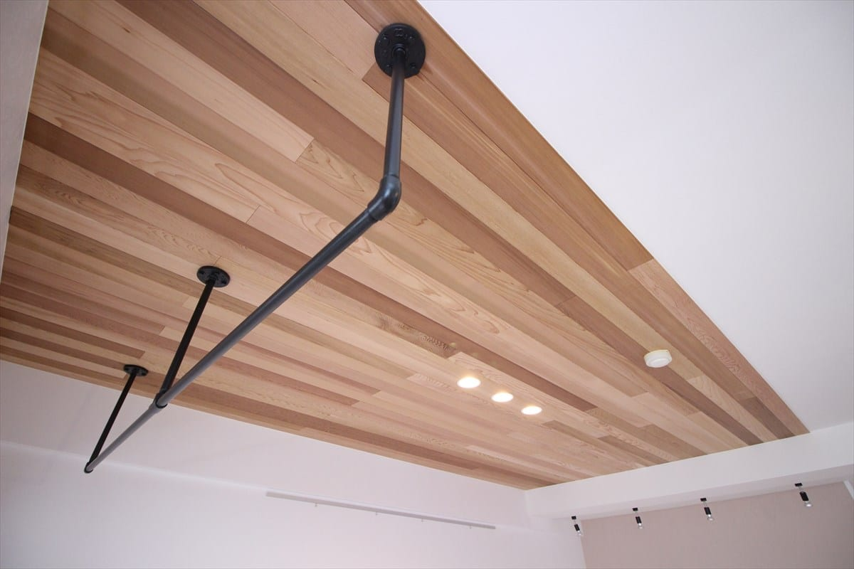 板張り天井とアイアンハンガー|ウェディングリノベーション