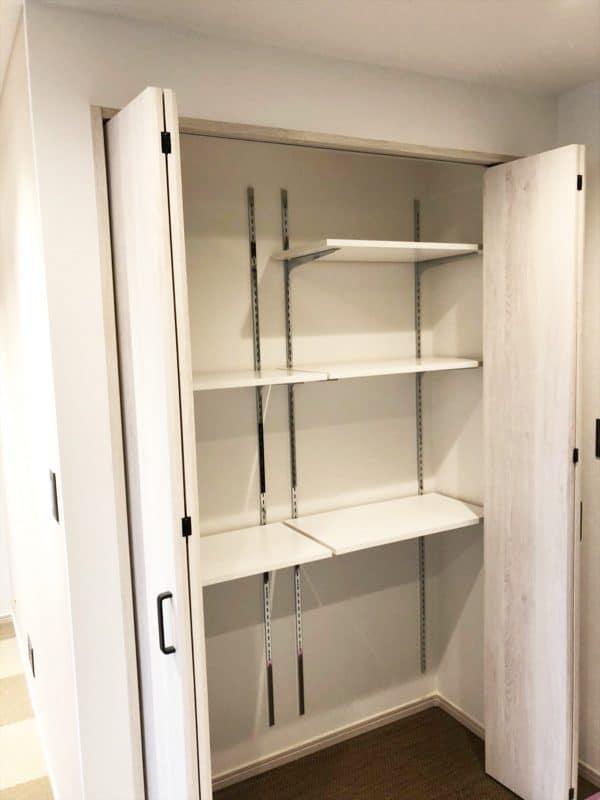 扉付きの可動棚リビング収納|ウェディングリノベーション