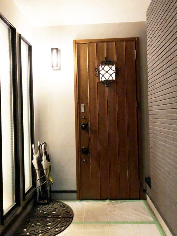 玄関扉を木の扉に変更|ウェディングリノベーション