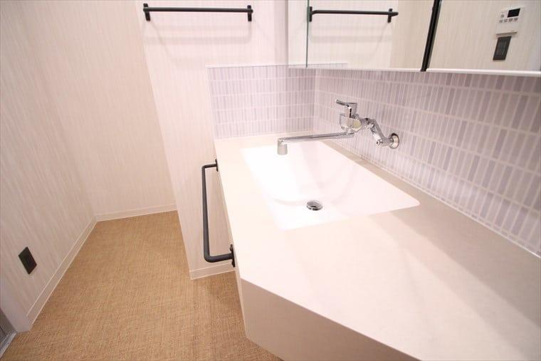 右側に広くスペースを取った洗面台|ウェディングリノベーション